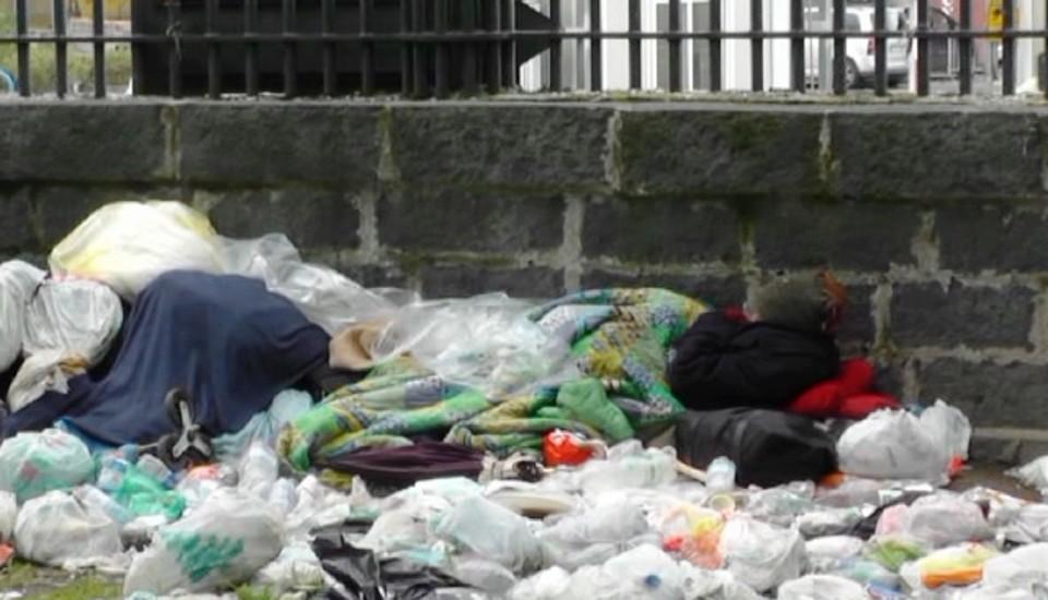 Palermo. Alcune persone bruciano rifiuti dando fuoco ad un mendicante