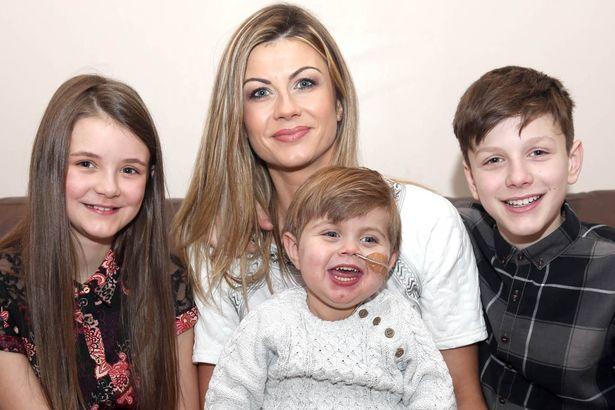 Regno Unito, mamma dona due organi per salvare la vita del figlio